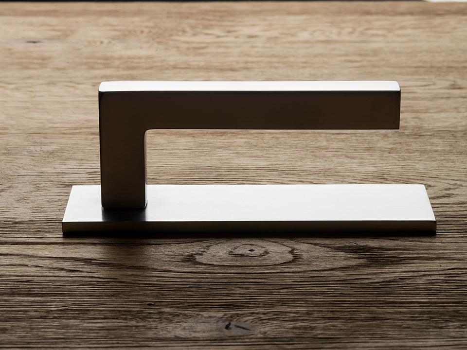 Deurkruk ABC op schild – Rem Koolhaas kopiëren